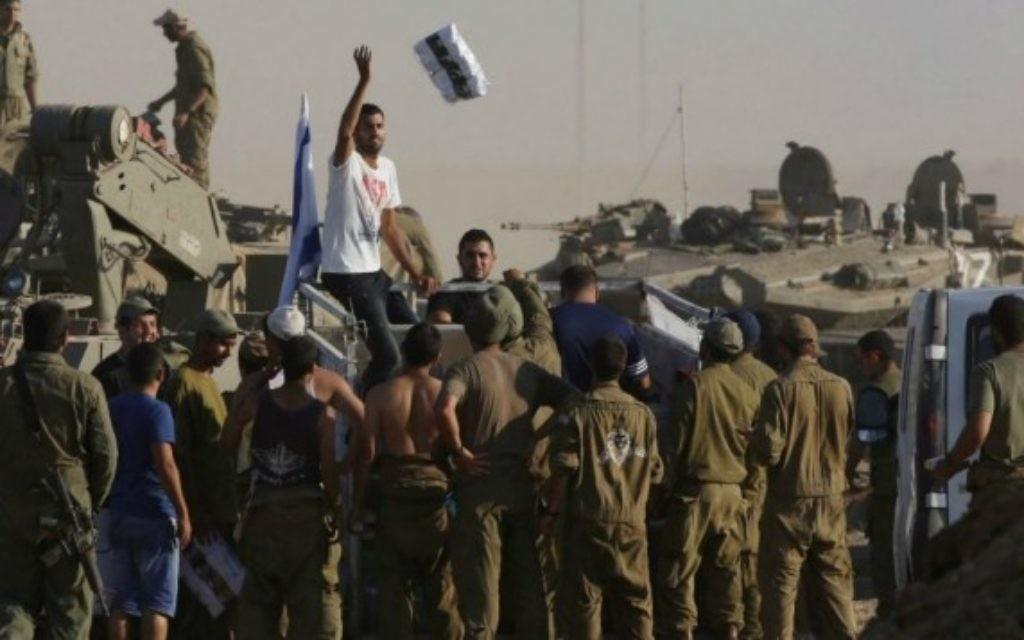 Distribution de kits de soins aux troupes à Gaza (Crédit : Nati Shohat / Flash 90)