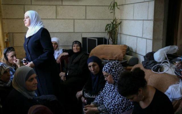 Des amis et de la famille du jeune Palestinien retrouvé mort dans la forêt de Jérusalem, Muhammad Hussein Abu Khdeir (Crédit : Hadas Parush/Flash 90)