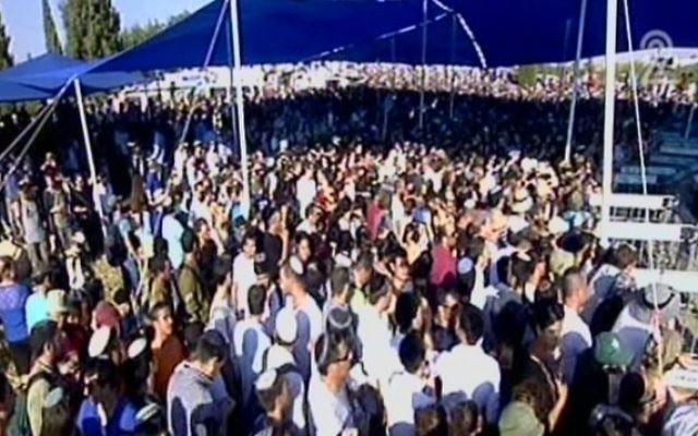 Des milliers de personnes venues assister aux funérailles des trois adolescents assassinés (Crédit : capture d'écran Deuxième chaîne)