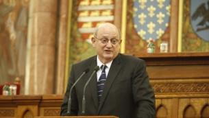 Ira Forman, envoyé spécial du Département d'État des États-Unis pour surveiller et lutter contre l'antisémitisme, parlant au parlement hongrois à Budapest, Octobre 2013. (Crédit : Tom Lantos Institut / via JTA)