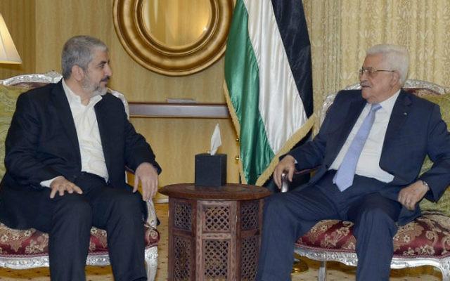Khaled Meshaal (g) et Mahmoud Abbas à Doha - 21 juillet 2014 (Crédit : AFP/PPO/Thaer Ghanem)