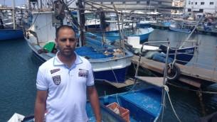 Dudu Shahafi est frustré par des filets vides et un manque d'accès à ses clients réguliers à Gaza (Crédit : Jessica Steinberg / Times of Israël)