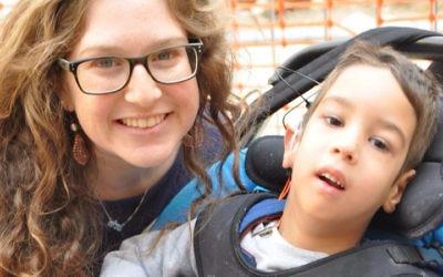 Talya Herring avec un enfant résident de Aleh (Crédit : autorisation :Talya Herring)