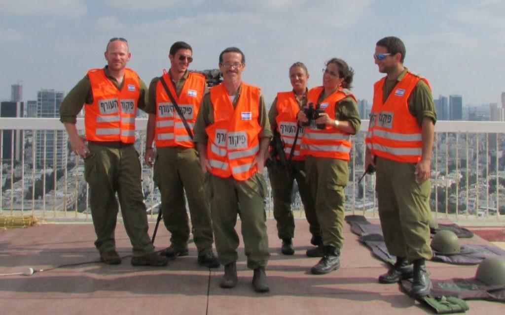 L'équipe de Tel-Aviv sur leur toit. (Crédit : Debra Kamin / Times of Israël)