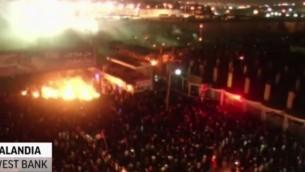 Capture d'écran du rassemblement jour de colère près de Qalandiya dans la nuit du 24 au 25 juillet (Crédit : Deuxiième chaîne)