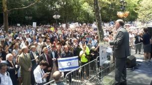 Ron Prosor, ambassadeur d'Israël aux Nations unies à New York lors d'un rassemblement à New York en soutien à Israël - 28 juillet 2014 (Crédit : autorisation)