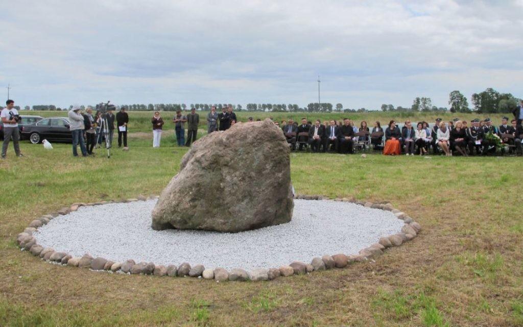Une petite foule assiste à la cérémonie d'inauguration d'un monument au cimetière juif à Rychwal, Pologne. (Crédit : Ruth Ellen Gruber / JTA)