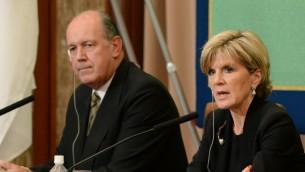 Ministre australienne des Affaires étrangères Julie Bishop (d) répond aux questions aux côtés du ministre de la Défense David Johnston (g) au cours d'une conférence de presse au Japon National Press Club à Tokyo le 12 Juin 2014 (Crédit : AFP / Toru Yamanaka).