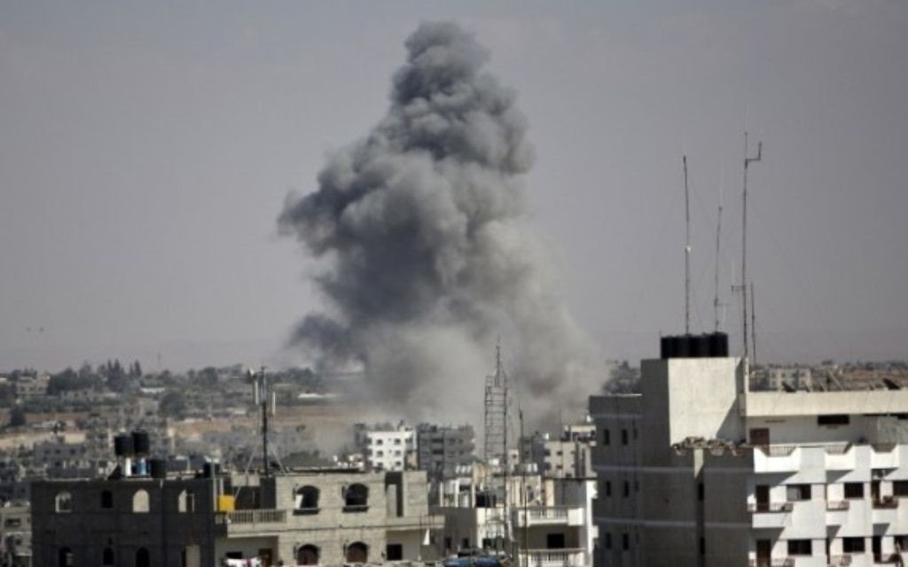 Fumée à Gaza après une frappe aérienne israélienne (Crédit : AFP)