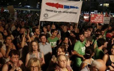 Rassemblement à Tel Aviv pour réclamer des négociations avec Abbas - 16 août 2014 (Crédit : Gali Tibbon/AFP)