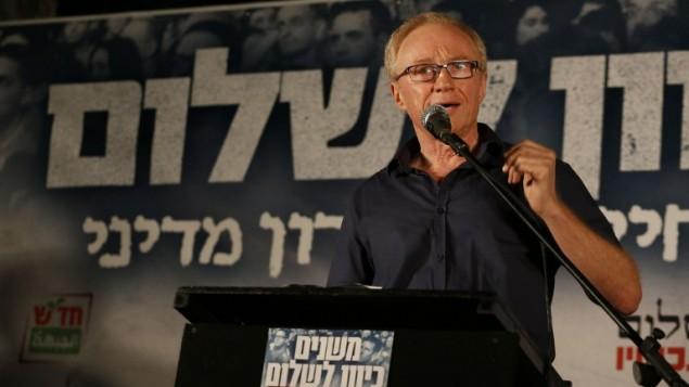 L'écrivain israélien David Grossman lors d'un rassemblement de gauche à Tel Aviv, le 17 août 2014. (Crédit : Gali Tibbon/AFP)