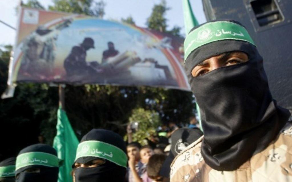 Des partisans masqués palestiniens du Hamas prenant part à une manifestation à Rafah dans le sud de la bande de Gaza au début de ce mois d'août 2014. (Crédit : AFP / SAID KHATIB)