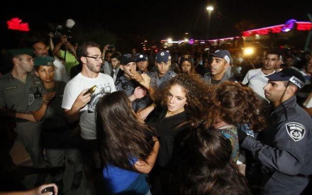 Manifestation lors d'un mariage arabe-juif (Crédit : AFP/GALI TIBBON)