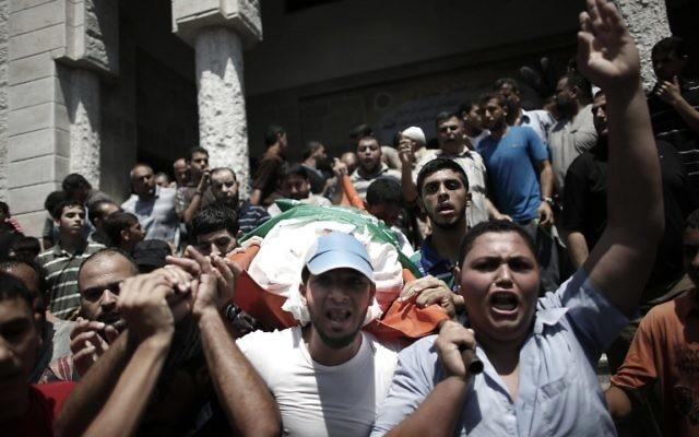 A Gaza, aux obsèques de la femme et des fils de Mohammed Deif, la foule crie vengeance, le 20 août 2014. (Crédit Thomas Coex/AFP)