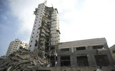 La tour à Gaza cible d'une frappe israélienne - 25 août 2014 (Crédit : AFP)