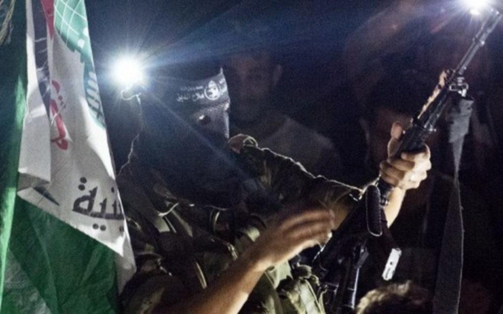 Un homme armé du Hamas se montre dans le quartier de Rimal - 26 août 2014 (Crédit : AFP/ROBERTO SCHMIDT)