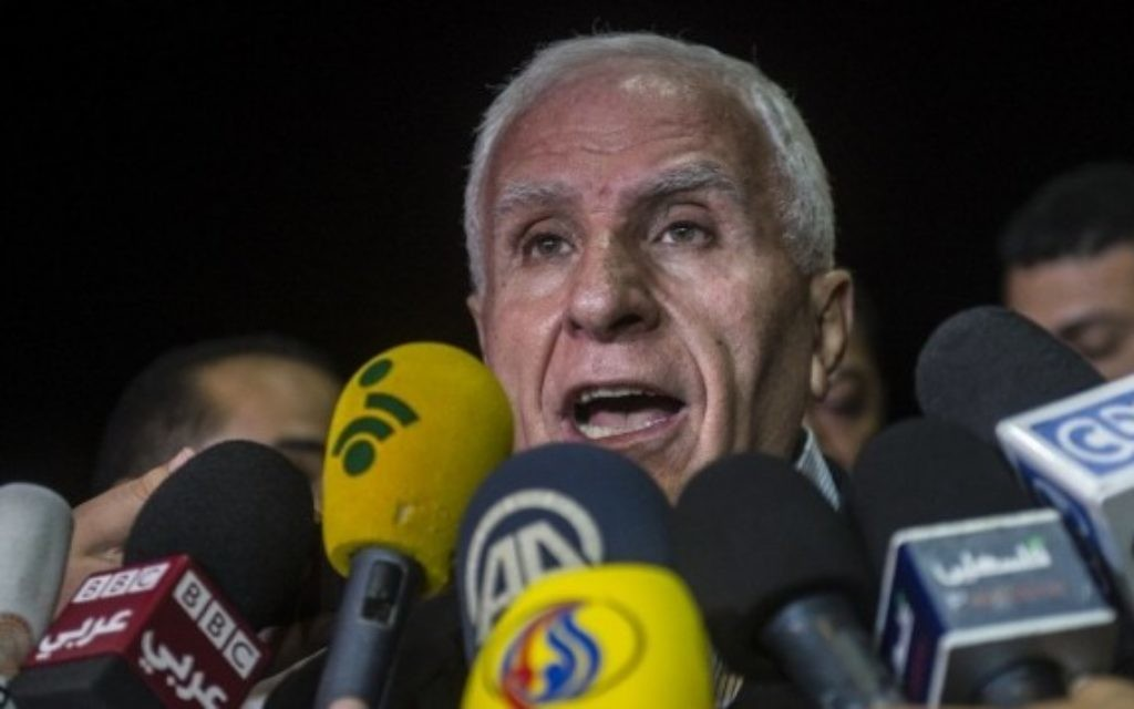 Chef de la délégation palestinienne Azzam al-Ahmed donne une conférence de presse dans un hôtel au Caire - 13 août 2014 (Crédit : Khaled Desouki / AFP)