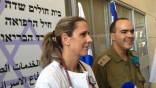 Le lieutenant-colonel Rachel Mezan du Corps médical de Tsahal (à gauche) et le lieutenant-colonel Sharon Biton du COGAT à l'hôpital de campagne d'Erez - 1 Août 2014 (Crédit : Elhanan Miller/Times of Israel)