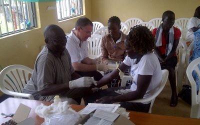 Dr Leslie Lobel (deuxième à gauche) supervise la prise de sang d'un survivant d'Ebola en Ouganda pour son étude. (Crédit : autorisation de Leslie Lobel)