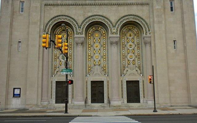 Entrée de la synagogue Rodeph Shalom - Philadelphie (Crédit : Wikimedia Commons/Smallbones public domain)