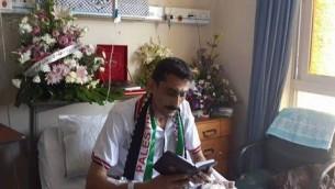 Sami Abu Lashin membre du Fatah, à l'hôpital Shifa à Gaza - photo affichée sur la page Facebook de son mouvement, le 17 août 2014 (Crédit : Facebook)