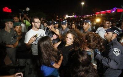 Affrontements entre les militants de Lehava et la police au mariage interreligieux du 17 août 2014 (Crédit : AFP/GALI TIBBON)