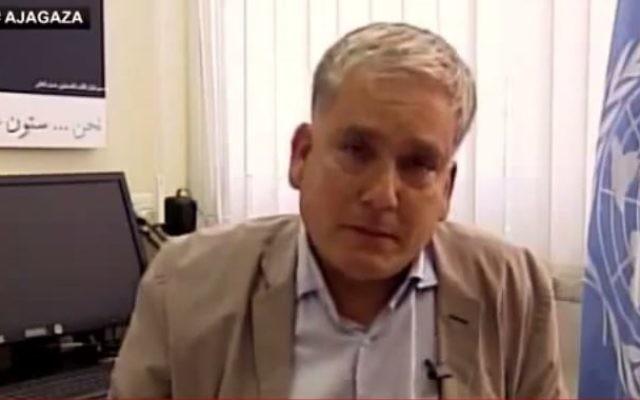 Chris Gunness, porte-parole de l'UNWRA à Gaza, peu de temps avant qu'il ne fonde en larmes pendant une interview télévisée le 30 juillet 2014 (Crédit : Capture d'écran Youtube/Kaya Bouma)