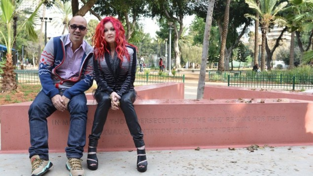 Cyndi  Lauper et le journaliste israélien (Crédit : Courtoisie Lauper)