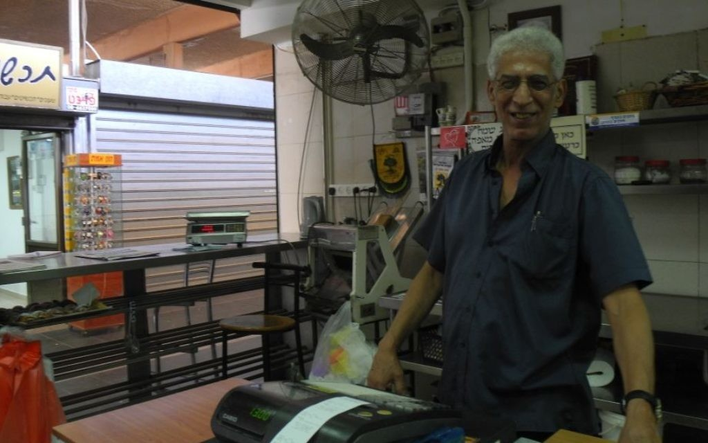 Sian Avner, propriétaire de la boulangerie de Sian à Sderot, était l'un des rares magasins ouverts dans le souk à Sderot, le mercredi 27 août - (Crédit : Melanie Lidman / Times of Israël)