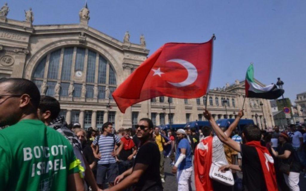 Les manifestants à une manifestation non autorisée contre Israël devant la gare Gare du Nord de Paris, le 19 juillet, 2014 (Crédit : Cnaan Liphshiz / JTA)