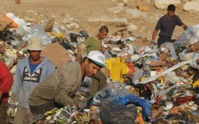 Des éboueurs travaillant dans une décharge en dehors de Jérusalem (Crédit : Kobi Gideon/Flash 90)