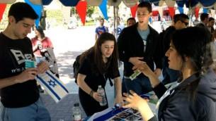 Des étudiants pro-Israël de l'UCLA qui distribuent du matériel en mars (Crédit : Hasbara Felloship via JTA)