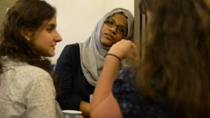 Des participantes musulmanes et juives en pleine discussion (Crédit : Daniel Shaked)