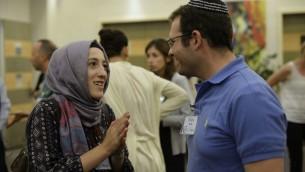 Discussion entre un Juif et une muslmane au MJC de Vienne (Crédit : Daniel Shaked)