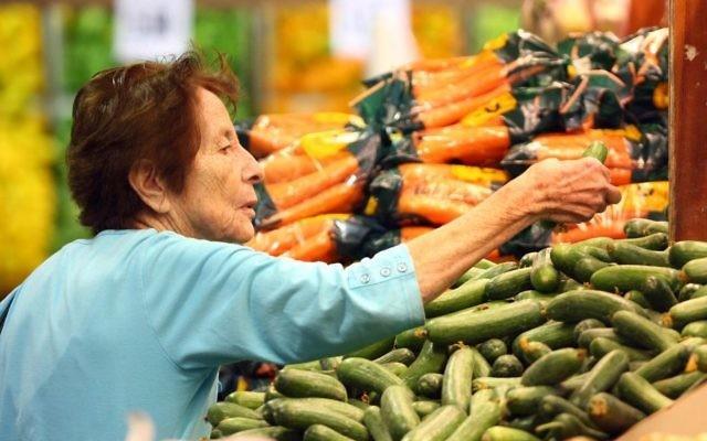Illustration d'une femme qui fait ses courses au supermarché (Crédit : Abir Sultan/Flash90)