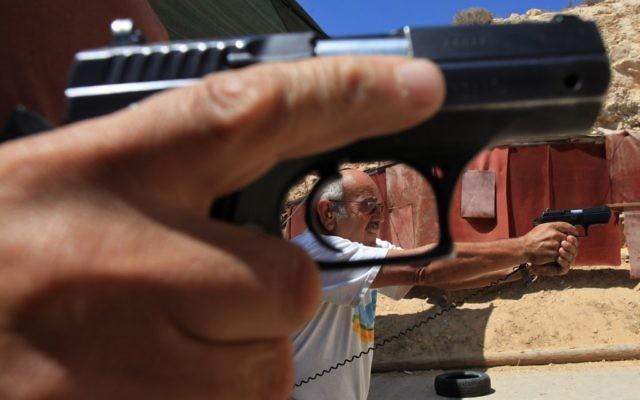 Illustration d'un homme en train de tirer avec une arme à feu (Crédit : Nati Shohat/Flash90)