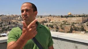 Le conseiller de Jérusalem Aryeh Roi dirige le Fonds pour la terre d'Israël, une organisation de droite financée par le philanthrope américain Irving Moskowitz, engagé à acheter des terres à Jérusalem-Est. Roi vit avec sa famille à Ras-el-Amoud, un quartier arabe de Jérusalem-Est (Crédit : Nati Shohat/Flash 90)
