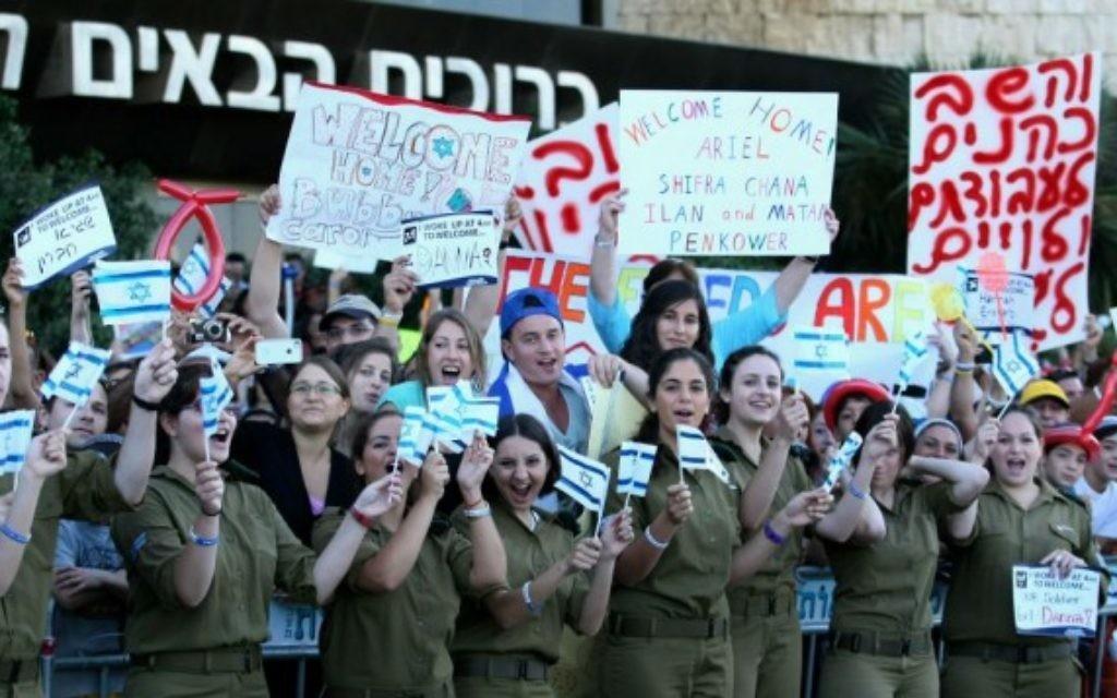 Des soldats israéliens accueillent les nouveaux immigrants à l'aéroport de Ben Gurion (Crédit : Moshe Shai / FLASH90)