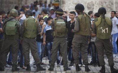 Photo illustrative de policiers des frontières israélienne représentés dans la Vieille Ville de Jérusalem lors d'affrontements entre lanceurs de pierres palestiniens et forces israéliennes (Crédit : Yonatan Sindel / flash 90)