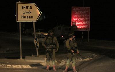 Des soldats israéliens devant l'entrée du village Hussan (Crédit : Oren Nahshon / Flash90)