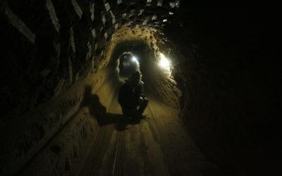 Un ouvrier palestinien dans un tunnel de contrebande qui passe sous la frontière égyptienne, dans le sud de la bande de Gaza, en février 2013. (Crédit : Abed Rahim Khatib/Flash90)