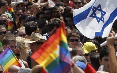 Des drapeaux gays et israéliens à la parade annuelle à Tel Aviv (Crédit : Miriam Alster/Flash90)