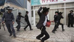 Des ultra-orthodoxes au moment de la réforme sur la conscription militaire (Crédit : Yonatan Sindel/Flash90)