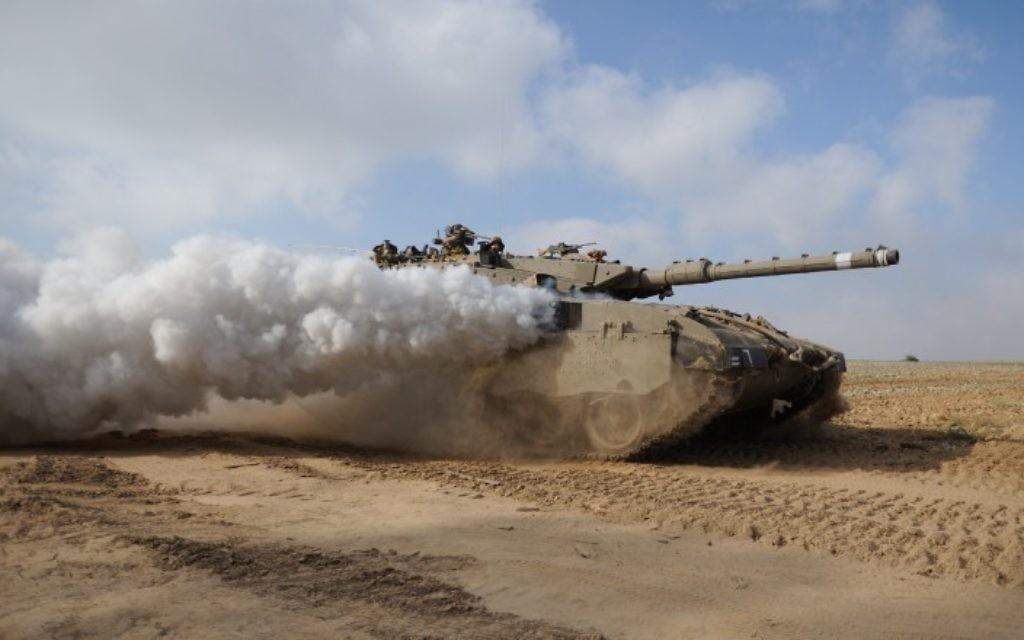 """Un tank de l'armée israélienne au cours de l'opération """"Bordure Protectrice"""" (Crédit : Gili Yaari/Flash90)"""