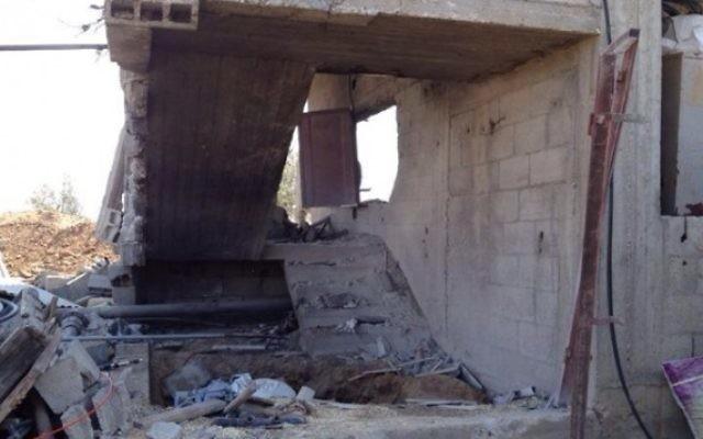 Un tunnel, dans une maison civile, trouvé par des soldats Golani dans le nord de la bande de Gaza (Crédit : Unité / flash de la FID porte-parole 90)