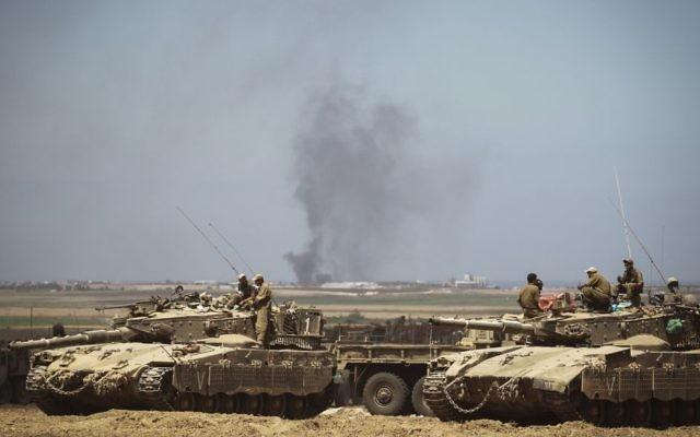 Bombardements des forces aériennes israéliennes dans la bande de Gaza vus à partir d'un déploiement de Tsahal dans un champ près de la frontière israélienne avec Gaza le 25 juillet, 2014 (Crédit : Hadas Parush / Flash90)