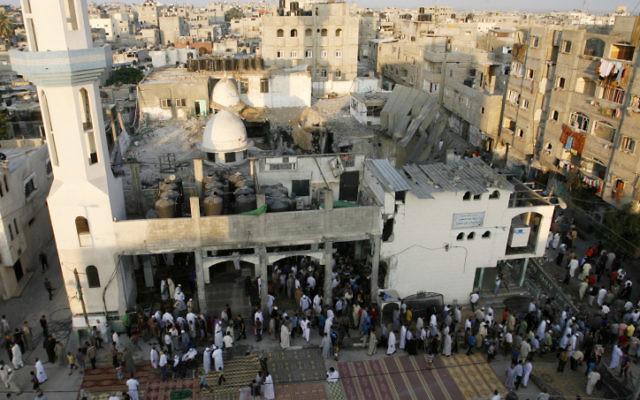 Des Palestiniens font les prières de l'Aïd al-Fitr à la mosquée al-Farouk qui a été détruite la semaine précédente lors d' une attaque militaire israélienne sur Rafah, au sud de la bande de Gaza, le 28 Juillet 2014 (lCrédit: Abed Rahim Khatib/Flash90).