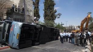 Le bus renversé par le conducteur de la pelleteuse - attentat à Jérusalem - 4 août 2014 (Crédit : Yonatan Sindel/Flash90)