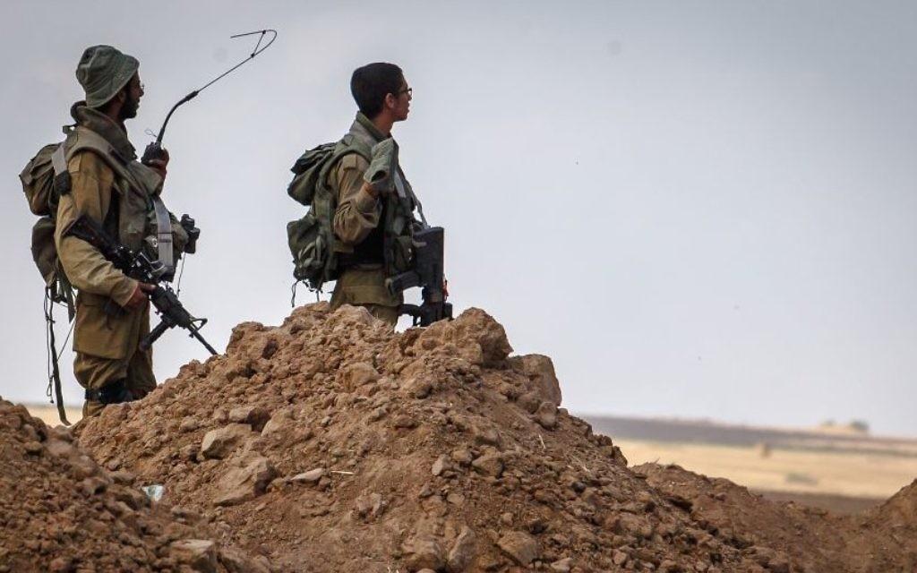 Des soldats israéliens regardent à l'horizon - bande de Gaza (Crédit : Flash 90)
