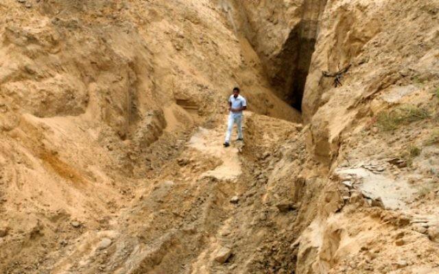 Un Palestinien se penche sur ce qui était autrefois un tunnel menant de la bande de Gaza vers Israël, dans la région de Rafah, dans le sud de la bande de Gaza, le 5 août 2014, après une trêve de 72 heures (Crédit : Abed Rahim Khatib / Flash90)